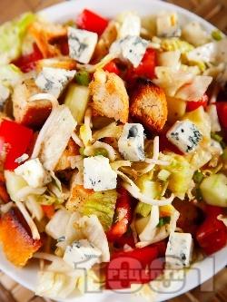 Зелена салата айсберг с крутони, чери домати, кълнове и синьо сирене - снимка на рецептата